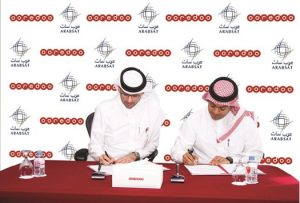 Ahmad Abdulaziz al-Neama, chief sales and service officer, Ooredoo Qatar and Wael al-Buti, director, sales and customer service at Arabsat, signing the strategic cooperation agreement between the two companies. Photograph courtesy of Ooredoo.