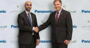 Masood M. Sharif Mahmood, CEO of Yahsat (left), and Paul Margis, President and CEO of Panasonic Avionics (right). Photograph courtesy of Yahsat.