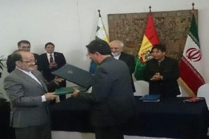 Iranian ambassador to Bolivia Seyyed Reza Tabatabaei Shafiei, and the head of the Bolivian space agency, Iván Zambrana, exchange copies of the MoU in Santa Cruz de la Sierra, Bolivia, on 26 August 2016. Photograph courtesy of Mehr News Agency.